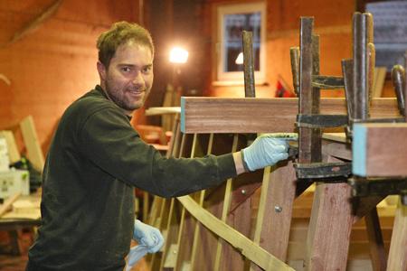 Zufrieden grinst Bootsbauer Felix Huber